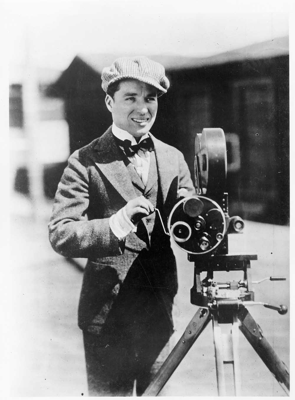 Charlie Chaplin mit Kamera, ca. 1915. Archives of Roy Export Company Establishment. Scan Cineteca di Bologna; © Bonhams/Splash News/Corbis