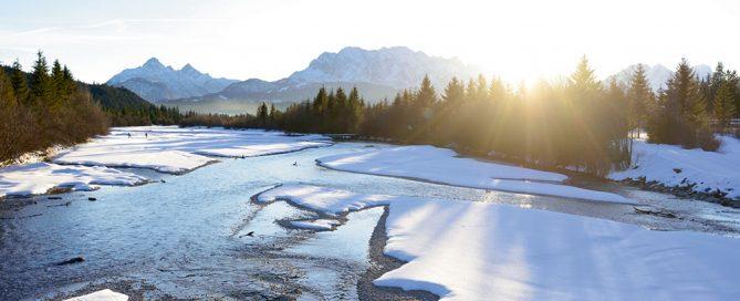 Die winterliche Isar neben der Canada-Loipe bei Wallgau - Credit: Alpenwelt Karwendel / Stefan Eisend