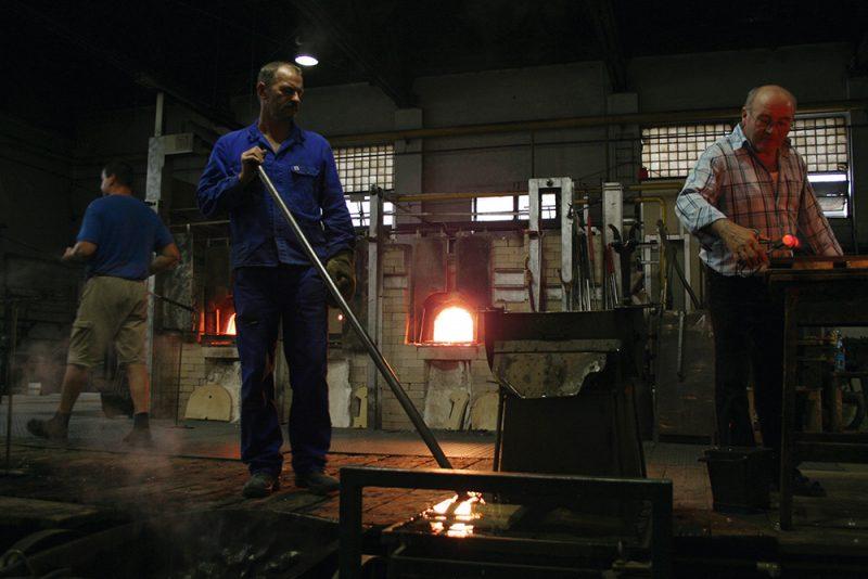 Glasbläser bei der Arbeit in der Glasmanufaktur von Poschinger in Frauenau