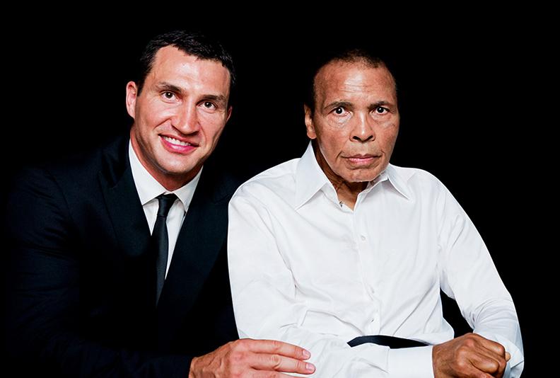"""Wladimir Klitschko mit Muhammad Ali bei der """"Sports for Peace Gala"""" in London, auf der Ali mit dem """"Sports for Peace Honorary Award 2012"""" ausgezeichnet wurde."""