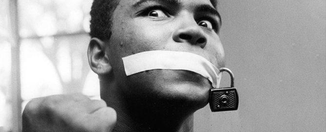 Mit Klebeband und einem Schloss geknebelt, Januar 1963. Ali hatte den Ruf eines Großmauls, da er vor einem Kampf immer den Zeitpunkt seines Sieges vorhersagte. DieBob Thomas' Foto des Champions war eine witzige Antwort auf derartige Kritik.