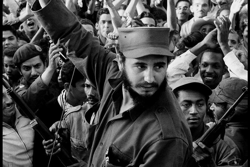 """Fidel Castro und seine Kämpfer fahren auf ihrem Weg nach Havanna durch die Stadt Cienfuego. """"Das waren keine gestellten Fotos, das war eine echte Revolution – und es war eines der größten Abenteuer meines Lebens."""" Burt Glinn/Magnum Photos"""