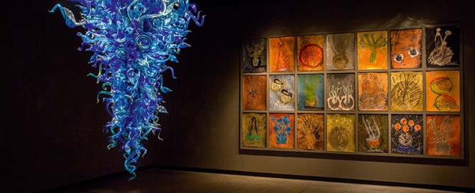"""Azul de Medianoche"" Kronleuchter (2002) und ""Drawing Wall"" (2010) im Morean Arts Center St. Petersburg, Florida, USA."